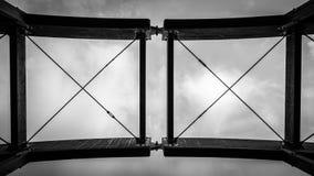 X = toit de pont en bois de X photo stock