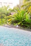 & x28; torrent& x29; Regen die op oppervlakte Blauw water vallen in het smilling van pool a Stock Fotografie
