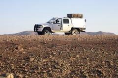 4x4 Toyota, das zum Afrikaner bereist bereit ist über Land und Berg in Stockfoto