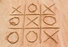 X und O-Spiel auf dem Sand Lizenzfreie Stockfotos