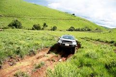 4x4 voertuig die bij de Gevaarlijke Landweg reizen Stock Foto's