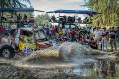 4x4 voertuig die water ingaan bij snelheid stock foto's