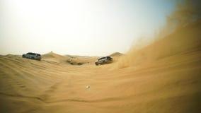 4x4 voertuig die weg afslaan voorraad Auto de geschikt voor elk terrein van het zandduin stock footage