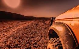 4x4 voertuig, woestijn en zonsondergang stock foto's