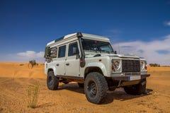 4x4 in woestijn stock foto's