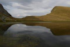 & x27; & x27; lake& x27 do dragão; & x27; de Tymfi, um lago alpino em uma altura de 2050m Epirus, Grécia Fotos de Stock Royalty Free