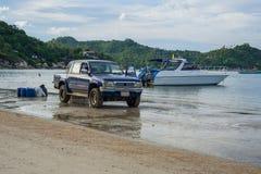 4x4 y barco en la playa imagen de archivo libre de regalías