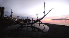 & X22; Zon Voyager& x22; in de de middernachtzon van IJsland stock afbeelding