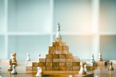 A xadrez é acima na parte superior a outro com conceitos da liderança imagem de stock
