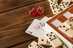 Xadrez, cartões de jogo, dominós em uma tabela de madeira O conceito dos jogos de mesa fotos de stock royalty free
