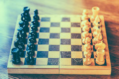 Xadrez de madeira antiga que está no tabuleiro de xadrez Fotografia de Stock Royalty Free
