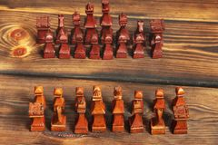 Xadrez de madeira no fundo de madeira foto de stock royalty free
