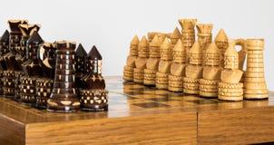 Xadrez de madeira no tabuleiro de xadrez Foto de Stock Royalty Free