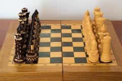 Xadrez de madeira no tabuleiro de xadrez Fotografia de Stock Royalty Free