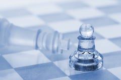 Xadrez de vidro. Uma vitória de um penhor sobre um rei Fotografia de Stock Royalty Free