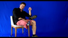 Xadrez do homem do short que mostra a sua prótese a vida feliz video estoque