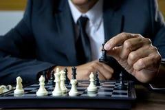 Xadrez do jogo do homem de neg?cios como deixar de funcionar a derrota o concorrente imagem de stock royalty free