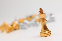Xadrez do ouro no fundo branco para a liderança da metáfora do negócio Imagem de Stock