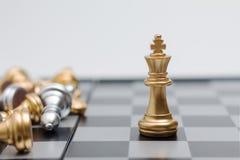 Xadrez do ouro no jogo de mesa da xadrez para a liderança da metáfora do negócio Foto de Stock