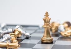 Xadrez do ouro no jogo de mesa da xadrez para a liderança da metáfora do negócio Fotos de Stock Royalty Free