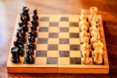 Xadrez do vintage que está no tabuleiro de xadrez de madeira Imagens de Stock