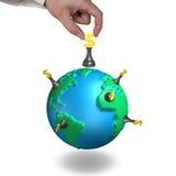 Xadrez e globo do dinheiro com mão Imagem de Stock