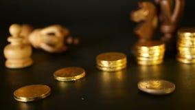 Xadrez e pilha de moedas no conceito do dinheiro do poder ou da economia do dinheiro, crescimento financeiro, investimento da est filme