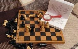 Xadrez e um livro Fotos de Stock