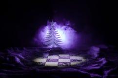 xadrez na neve Conceito do inverno Natal ou ano novo atual em um tabuleiro de xadrez com Santa Claus em um fundo escuro Copie o e Imagens de Stock Royalty Free