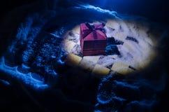 xadrez na neve Conceito do inverno Natal ou ano novo atual em um tabuleiro de xadrez com Santa Claus em um fundo escuro Copie o e Fotografia de Stock