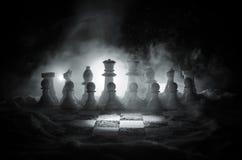 xadrez na neve Conceito do inverno Natal ou ano novo atual em um tabuleiro de xadrez com Santa Claus em um fundo escuro Copie o e Fotos de Stock