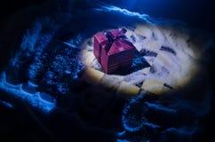 xadrez na neve Conceito do inverno Natal ou ano novo atual em um tabuleiro de xadrez com Santa Claus em um fundo escuro Copie o e Imagens de Stock