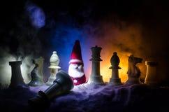 xadrez na neve Conceito do inverno Natal ou ano novo atual em um tabuleiro de xadrez com Santa Claus em um fundo escuro Copie o e Imagem de Stock