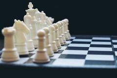 A xadrez penhora no tabuleiro de xadrez com foco seletivo Foto de Stock