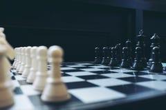 A xadrez penhora no tabuleiro de xadrez com foco seletivo Fotos de Stock Royalty Free