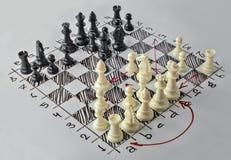 Xadrez Placa branca com figuras da xadrez nela Foto de Stock