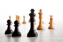 A xadrez preta penhora em um tabuleiro de xadrez e em um rei preto da xadrez Fotografia de Stock Royalty Free