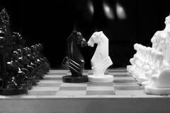 Xadrez preto e branco setup no fundo escuro Fotos de Stock Royalty Free