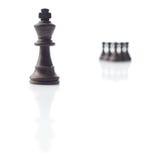Xadrez. Rei preto, sombras dos penhores no branco Imagem de Stock