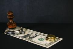 Xadrez, relógios e uma cédula fotos de stock royalty free