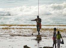 Xai-Xai, Мозамбик - 11-ое декабря 2008: рыбная ловля семьи. Стоковые Фотографии RF