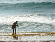 Xai-Xai, Mozambique - 11 de diciembre de 2008: El hombre desconocido coge Imagen de archivo
