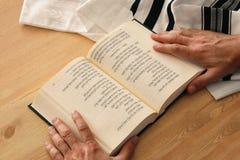 Xaile de oração - símbolos religiosos judaicos do livro de Tallit e de oração fotografia de stock royalty free
