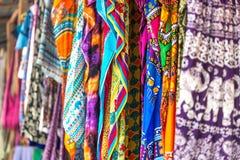 Xailes e tela modelados coloridos no mercado de Zanzibar imagem de stock