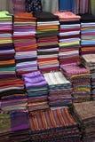 Xailes em um mercado em Istambul fotografia de stock