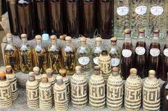 XANG HAI, LAOS - MAART 30, 2016: Flessen in een dekking van het rietbamboe met traditionele Laotiaanse alcohol royalty-vrije stock foto