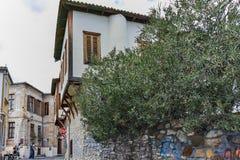 XANTHI, GRECIA - 23 DE SEPTIEMBRE DE 2017: Calle típica y casa vieja en la ciudad vieja de Xanthi, Grecia fotografía de archivo