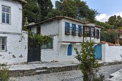 XANTHI GRECJA, WRZESIEŃ, - 23, 2017: Typowa ulica i stary dom w starym miasteczku Xanthi, Grecja fotografia stock