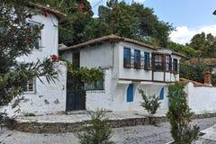 XANTHI, GRIEKENLAND - SEPTEMBER 23, 2017: Typische straat en oud huis in oude stad van Xanthi, Griekenland Stock Fotografie