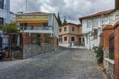 XANTHI, GRIEKENLAND - SEPTEMBER 23, 2017: Typische straat en oud huis in oude stad van Xanthi, Griekenland Stock Afbeeldingen